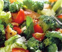 Салат овощной с гренками