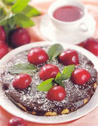 Торт шоколадный со сливами
