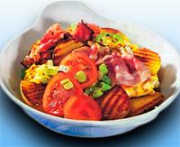 Жареные булочки с яичницей, беконом и помидорами