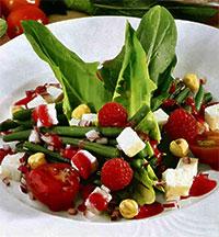 Салат с фасолью и малиной