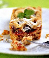 Пирог с вишней и черной смородиной