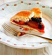 Пирог со сливами и черноплодной рябиной