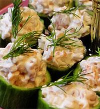 Огуречные чашечки с соусом из лосося