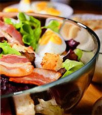 Салат цезарь с беконом (американская кухня)