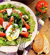 Овощной салат с яйцом-пашот (Легкий завтрак)