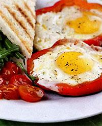 Яичница в сладком перце (легкий завтрак)