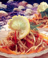 Кальмары с маринованными луком и сладким стручковым перцем